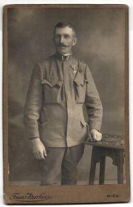Fotografie Franz Harlass, Mies, Portrait Soldat in Uniform mit Orden