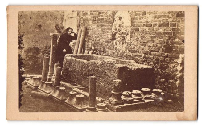 Fotografie unbekannter Fotograf, Ansicht Verona, Ansicht Frau in Schwarz und alte Steinmetzarbeiten