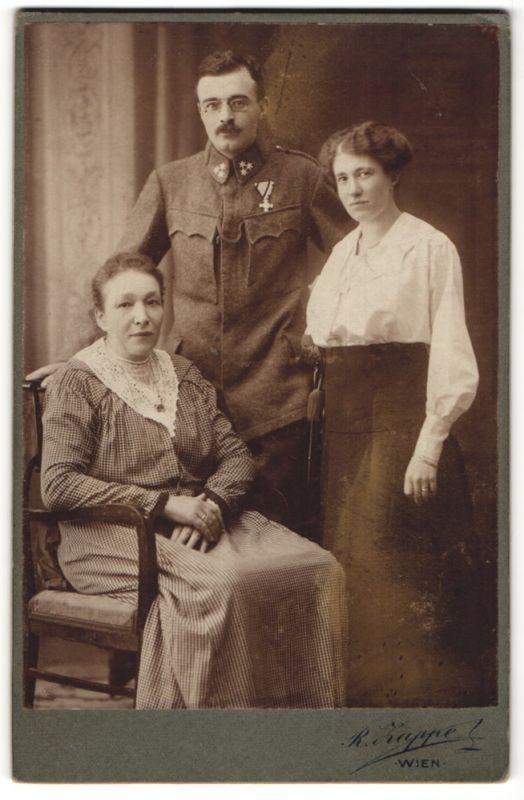 Fotografie R. Zappe, Wien, Portrait österr. Soldat in Uniform mit Familie