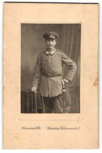 Fotografie Samson & Co., München, Portrait Soldat in feldgrau mit Schirmmütze