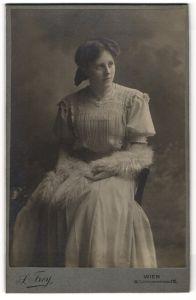 Fotografie S. Frey, Wien, Portrait junge Dame in Kleid mit Fellschal