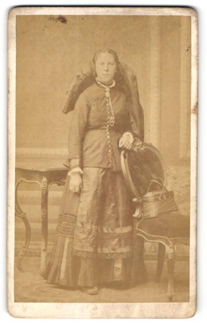 Fotografie Würthle & Spinnhirn, Salzburg, Portrait junge Frau in Tracht