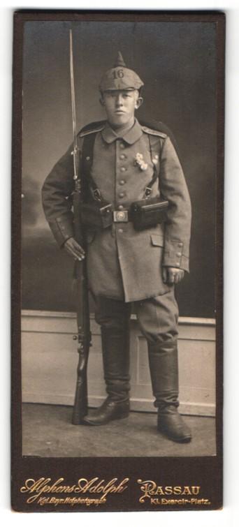 Fotografie Alphons Adolph, Passau, Portrait Soldat mit Pickelhaube-Überzug 16, aufgepflanztes Bajonett