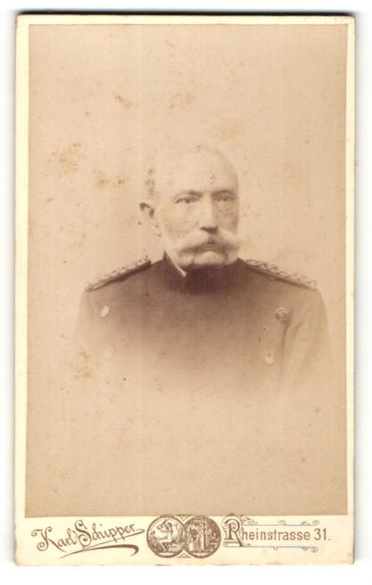Fotografie Karl Schipper, Wiesbaden, Portrait Offizier in Uniform