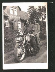 Foto-AK Männer auf einem Motorrad, IX-85488