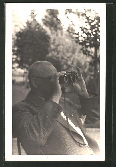 Foto-AK Herr mit Fernglas, Feldstecher