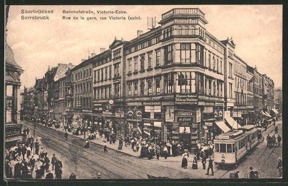 AK Saarbrücken, Strassenbahn auf der Bahnhofstrasse Ecke Victoriastrasse