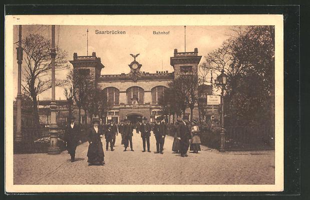 AK Saarbrücken, Passanten vor dem Bahnhof