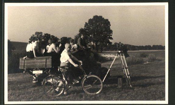 AK Fahrradfahrer und Menschen auf einem Wagen an einem Fotoapparat
