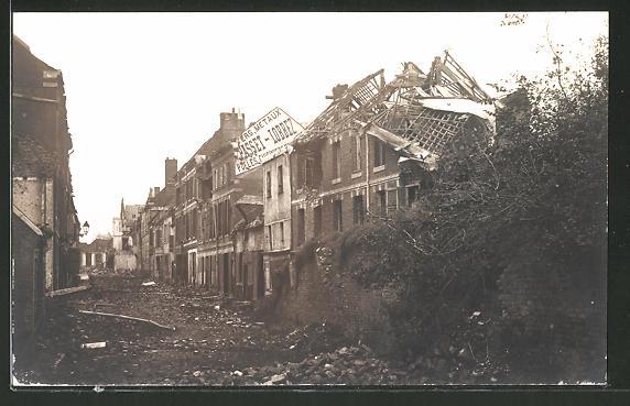 Foto-AK Peronne, Strassenpartie mit im Krieg zerstörten Häusern