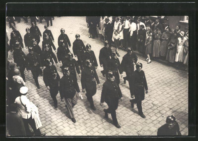 Fotografie Fotograf unbekannt, Ansicht Bad Hersfeld, Feuerwehr-Umzug, Feuerwehrleute marschieren in Formation