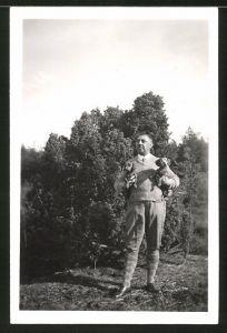 Fotografie Fotograf unbekannt, Ansicht Fallingbostel, Mann mit Dackel im Arm