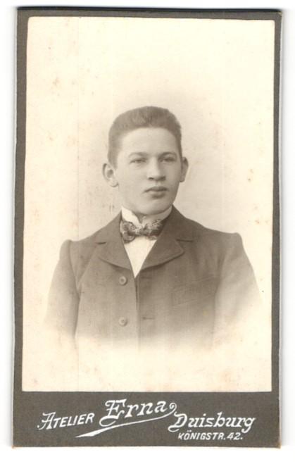 Fotografie Atelier Erna, Duisburg, junger Mann im Anzug mit Fliege