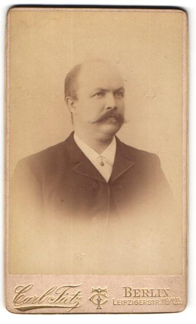 Fotografie Carl Tietz, Berlin, Herr mit Schnauzbart im Anzug