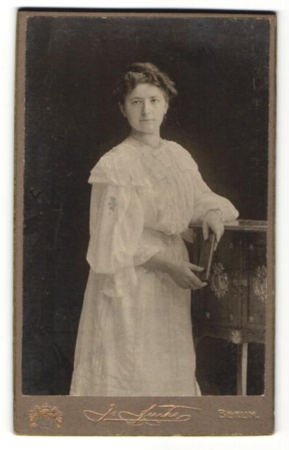 Fotografie J. Fuchs, Berlin C., junge Frau im weissen Kleid