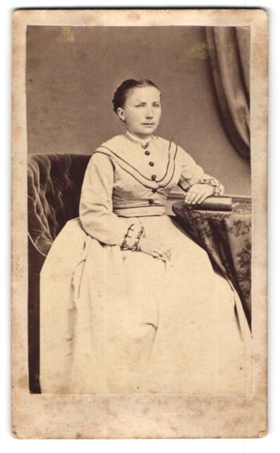 Fotografie G. Glange, Darmstadt, gutbürgerliche junge Frau im weissen Kleid