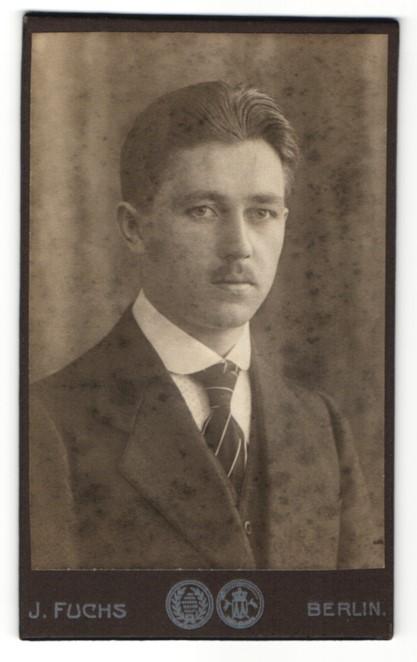 Fotografie J. Fuchs, Berlin, Portrait junger Mann im Anzug mit Schlips