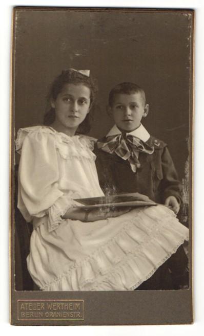 Fotografie Atelier Wertheim, Berlin, Portrait Mädchen mit ihrem Bruder