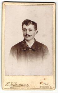 Fotografie Eugen Kraczmer, Iglau, Portrait Herr im Anzug