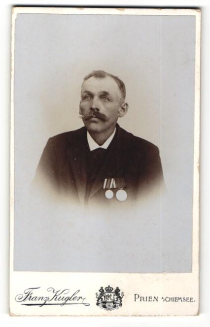 Fotografie Franz Kugler, Prien a. Chiemsee, Portrait älterer Herr mit Orden