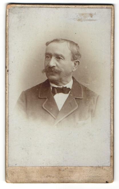 Fotografie Fr. Neumayer, München, Portrait älterer Herr im Anzug