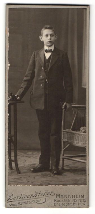 Fotografie E. Kregeloh, Mannheim, Portrait junger Bursche im Anzug