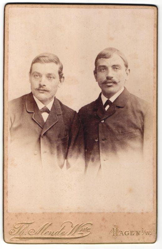 Fotografie Th. Mende Wwe., Hagen i. W., Portrait zwei junge Herren im Anzug
