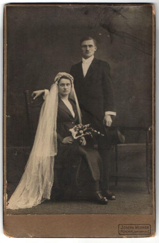 Fotografie Joseph Werner, München, Braut mit Schleier und Bräutigam mit Zylinder