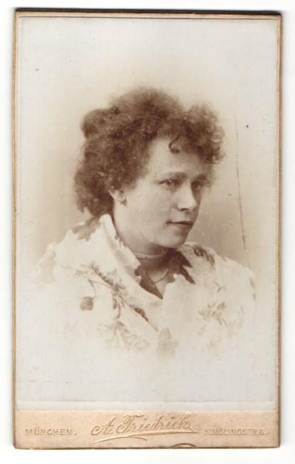 Fotografie A. Friedrich, München, Portrait junge Frau mit lockigem Haar