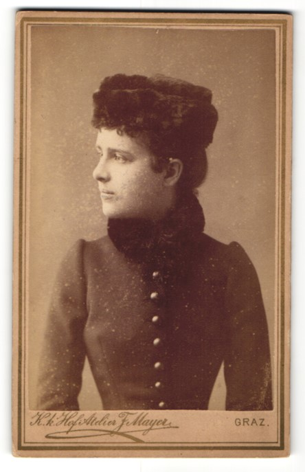 Fotografie Ferd. Mayer, Graz, Portrait junge Dame mit Pelzhut