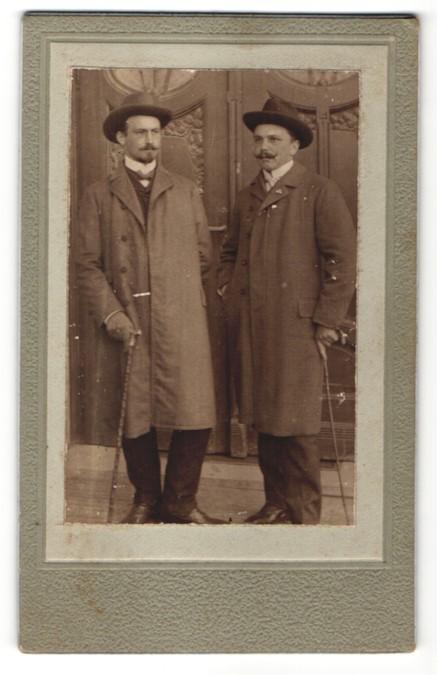 Fotografie unbekannter Fotograf und Ort, Portrait zwei Herren mit Hut und Spazierstöcken