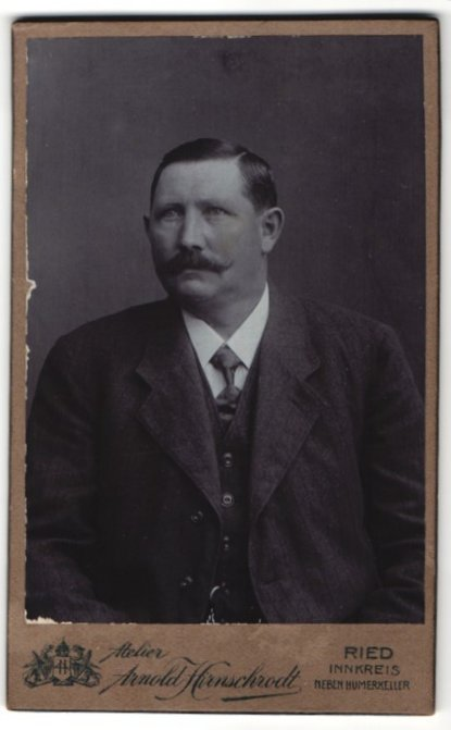 Fotografie Arnold Hirnschrodt, Ried, Portrait Herr in Anzug mit Schnauzbart