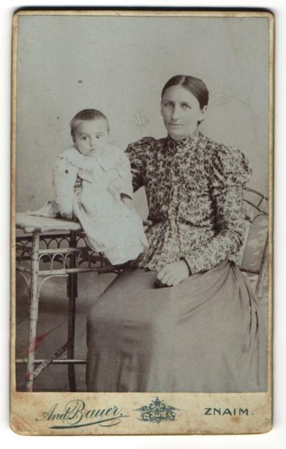Fotografie And. Bauer, Znaim, Portrait Mutter mit Kleinkind