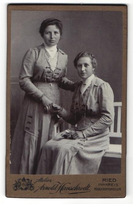 Fotografie Arnold Hirnschrodt, Ried, Portrait zwei junge Frauen in identischen Kleidern
