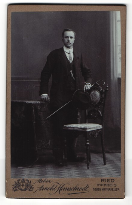 Fotografie Arnold Hirnschrodt, Ried, Portrait junger Mann in Anzug