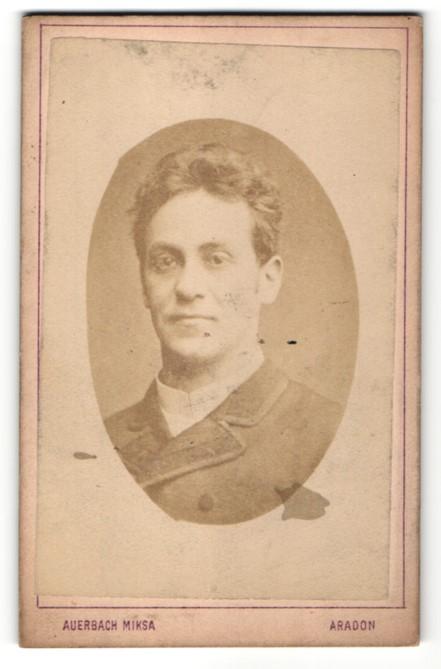 Fotografie Auerbach Miksa, Aradon, Portrait Herr mit dunklem Haar