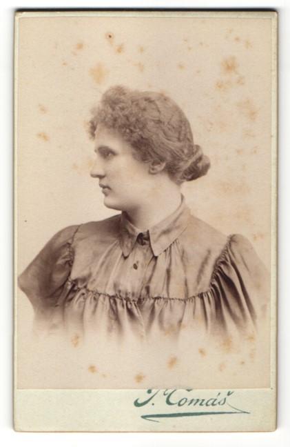 Fotografie J. Tomás, Praha / Prag, Portrait Frau mit zurückgebundenem Haar
