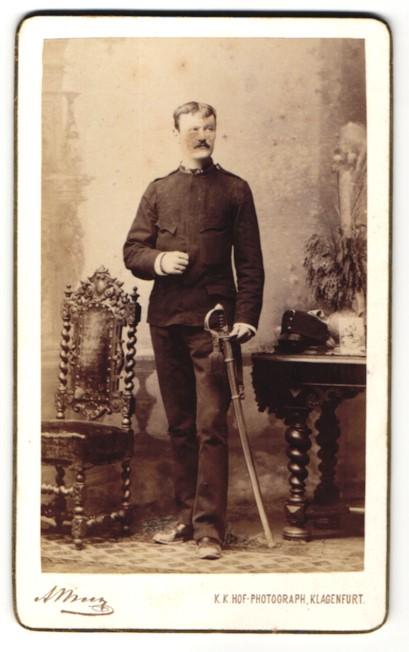 Fotografie Alois Beer, Klagenfurt, Portrait Soldat in Uniform mit Säbel
