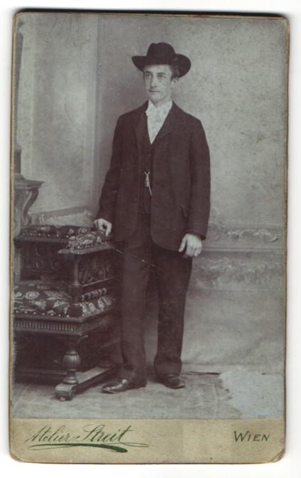 Fotografie Atelier Streit, Wien, Portrait junger Mann in Anzug mit Hut