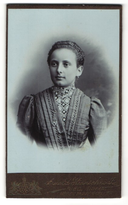 Fotografie Arnold Hirnschrodt, Ried, Portrait junge Frau mit zurückgebundenem Haar