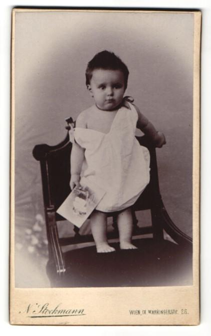 Fotografie Nicolaus Stockmann, Wien, niedliches Baby hält Kabinett-Foto in der Hand
