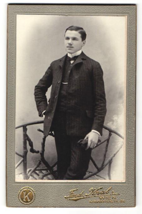 Fotografie Ferdinand Kral, Wien, junger Mann trägt Anzug mit Fliege