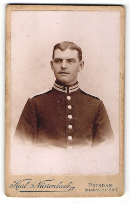 Fotografie Karl Nüssenbach, Potsdam, Portrait Garde-Soldat in Uniform