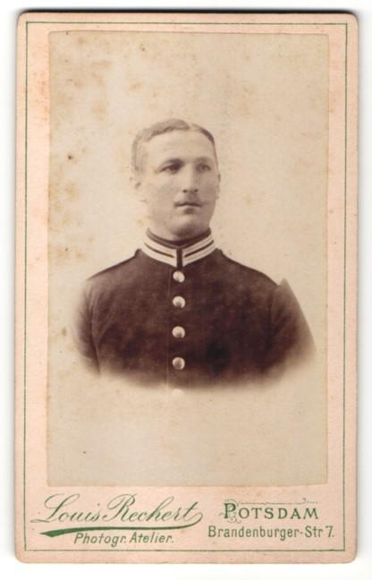 Fotografie Louis Rechert, Potsdam, Portrait Garde-Soldat in Uniform