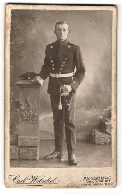 Fotografie Carl Witschel, Augsburg, Kavallerist in Uniform mit Säbel
