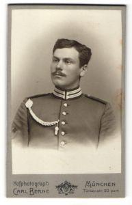 Fotografie Carl Berne, Müchen, Portrait Garde-Soldat in Uniform mit Schützenschnur