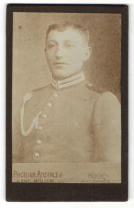 Fotografie Hans Möller, München, Portrait Garde-Soldat in Uniform mit Schützenschnur