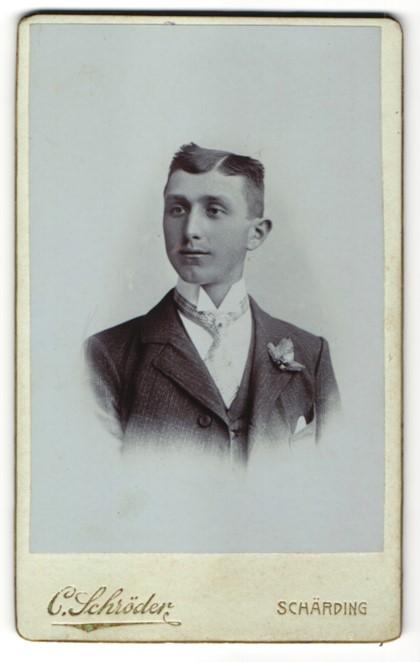 Fotografie C. Schröder, Schärding, Portrait junger Mann im Anzug mit Krawatte