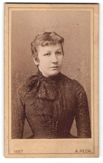 Fotografie A. Pech, Budweis, Portrait Frau in zeitgenössischer Mode