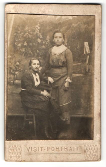 Fotografie unbekannter Fotograf und Ort, Portrait Mädchen vor Leinwand
